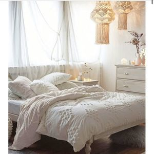 Urban Outfitters Tufted Duvet Cover 2 Shams Twin